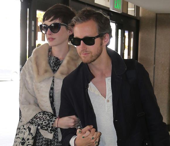 Anne Hathaway Y Adam Shulman Regresan Felices De Su Luna