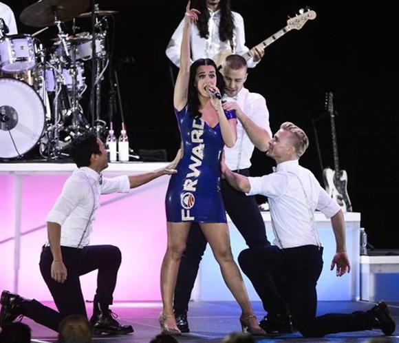 Katy Perry y su minivestido con el lema de la campaña de Obama