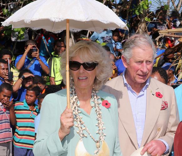 El colorido recibimiento del príncipe Carlos y la duquesa de Cornualles en Papúa Nueva Guinea