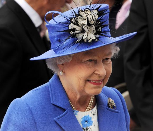 Isabel II 'tiene un conocimiento fantástico de moda y es muy consciente de lo que le sienta bien'