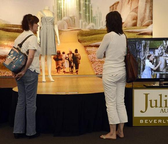 El vestidoque lucióJudy Garland en 'El mago de Oz' alcanza los 370.000 euros en una subasta