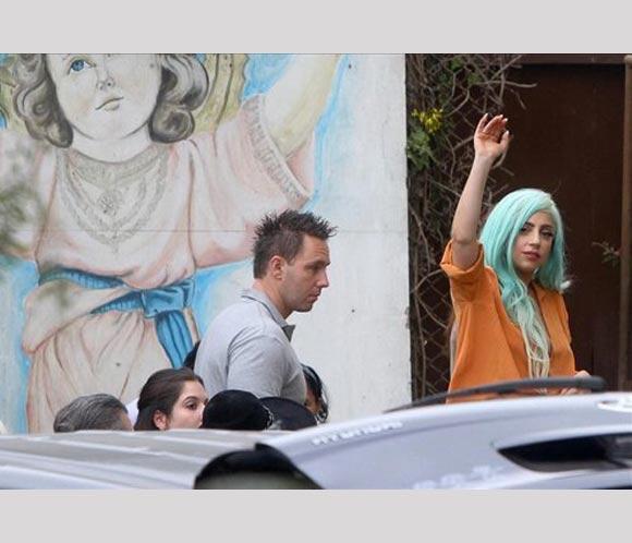 Lady Gaga pasa Acción de Gracias con niñas de Perú víctimas de abusos