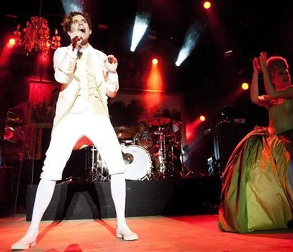 Mika no perdona una fiesta ni con la voz al '70 por ciento'