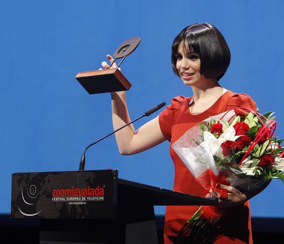 Elena Furiase recibe un premio por su prometedor futuro como actriz