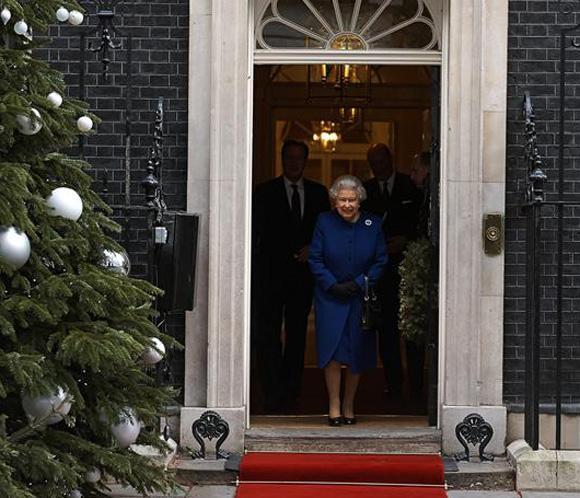 Isabel II falta a un servicio religioso por un resfriado