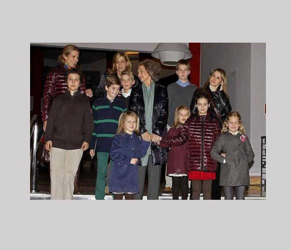 La Reina, sus nietos, las Infantas y la Princesa Letizia asisten a un musical