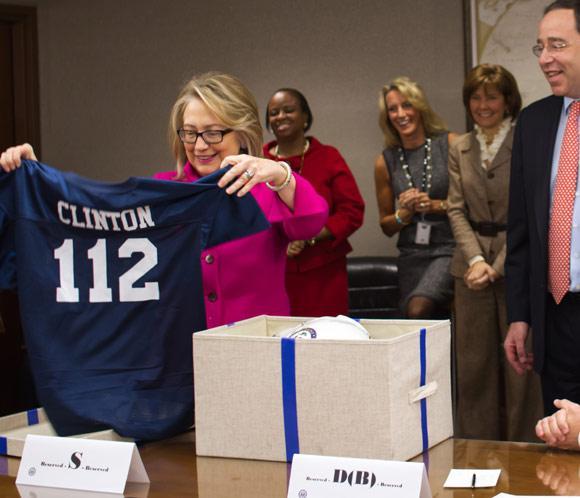 Hillary Clinton se reincorpora al trabajo muy contenta y con el calor de sus compañeros