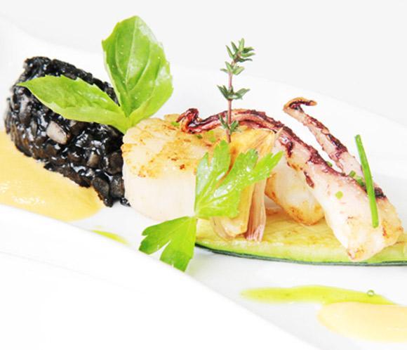 Recetas 'Le Cordon Bleu': Vieiras salteadas sobre arroz en tinta, 'coulis' de pimiento rojo y salsa de hierbas