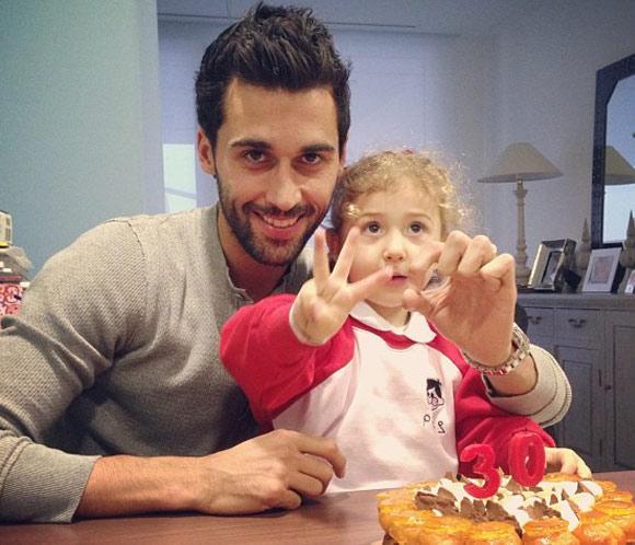 Álvaro Arbeloa sopla las velas de su 30 cumpleaños junto a su hija