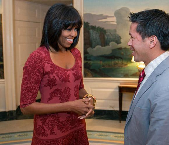 Michelle Obama estrena 'look' y cuenta en Twitter por su cumpleaños
