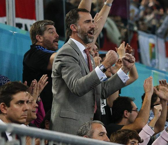 El príncipe Felipe anima a la selección española de balonmano