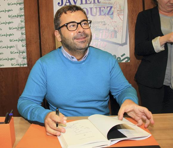 Jorge Javier Vázquez provoca colas kilométricas en la firma de su libro en Sevilla