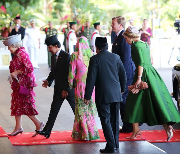 La reina Beatriz de Holanda visita Brunei acompañada por los príncipes de Orange