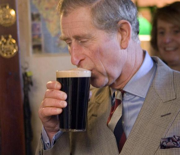 El príncipe Carlos acepta la invitación de varios lugareños y se toma una cerveza con ellos