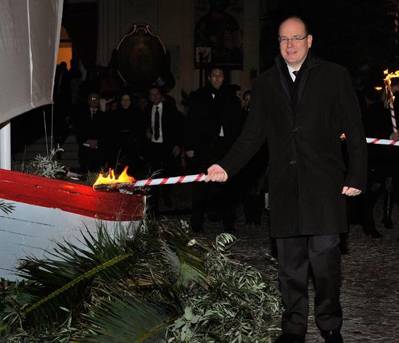 Alberto de Mónaco asiste sin Charlene a la procesión de Santa Devota