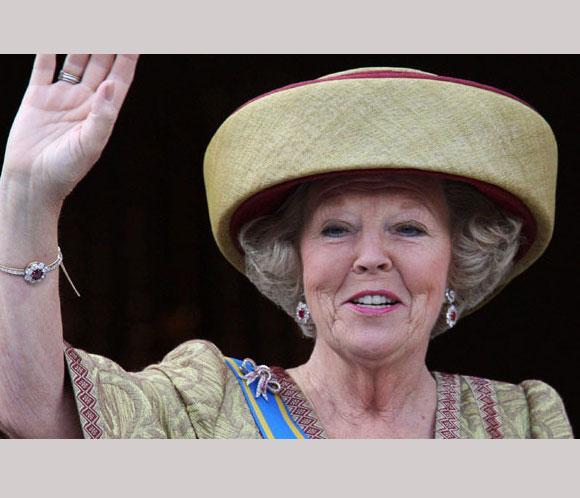 Beatriz de Holanda abdica en su hijo