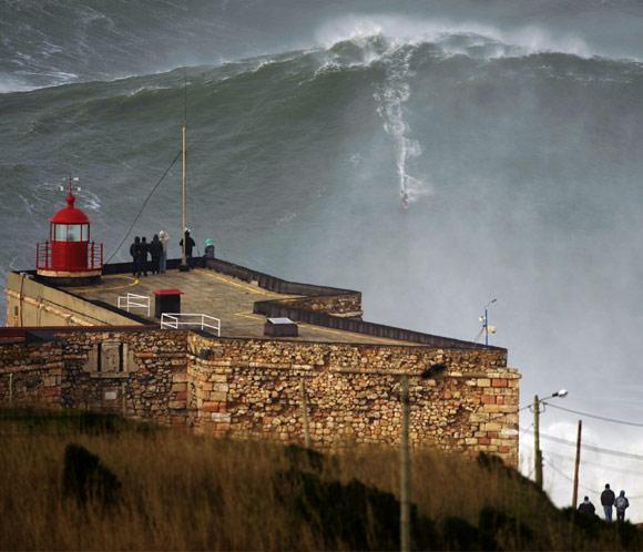 Bate un récord al enfrentarse a la mayor ola jamás surfeada