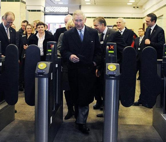 El príncipe Carlos se sube en metro por primera vez después de 33 años