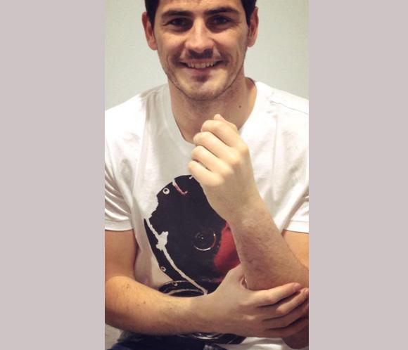 A Iker Casillas le quitan la escayola: 'Primer paso para la recuperación, feliz'