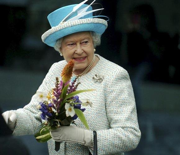 La reina Isabel celebra en privado sus 61 años en el trono