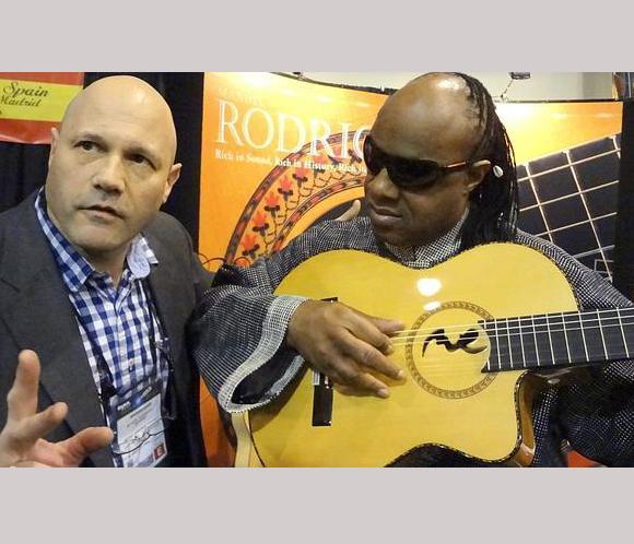 Stevie Wonder quiere que un luthier español fabrique guitarras para ciegos
