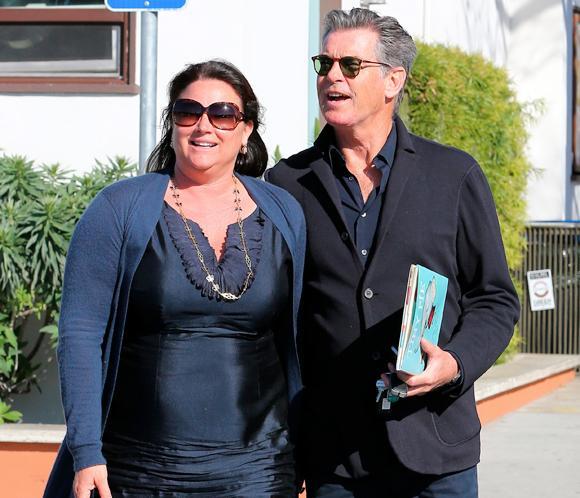 Pierce Brosnan, feliz al lado de su esposa