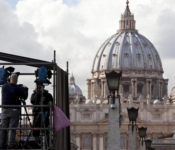 Gran ovación en la primera aparición de Benedicto XVI tras anunciar que renunciará al papado