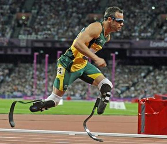 Detienen al atleta paralímpico Pistorius por matar a su novia de un disparo