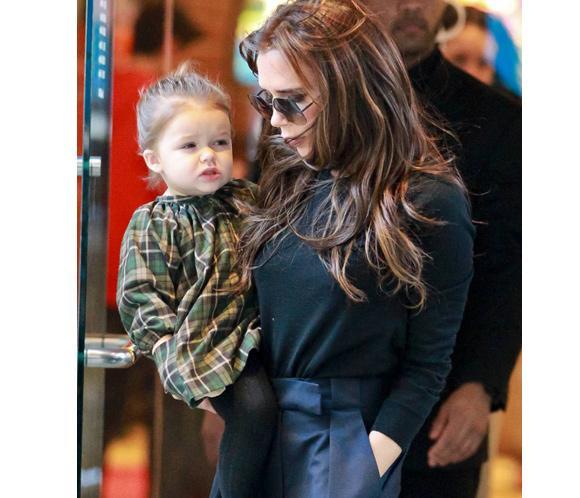 Harper Beckham ya posa como su mamá