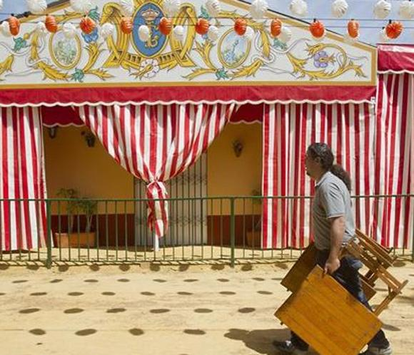 La crisis dejanueve casetas libres en la Feria de Abril sorteadas entre aspirantes con 22 años de espera
