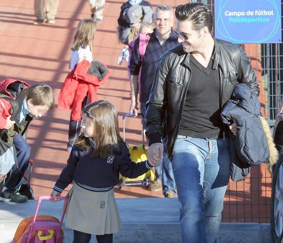 Ajeno a los rumores de crisis en su matrimonio, un sonriente David Bustamante recoge a su hija Daniella en el cole