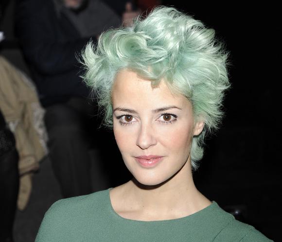 La cantante Vega sorprende en la Fashion Week Madrid con un cambio de 'look' muy radical