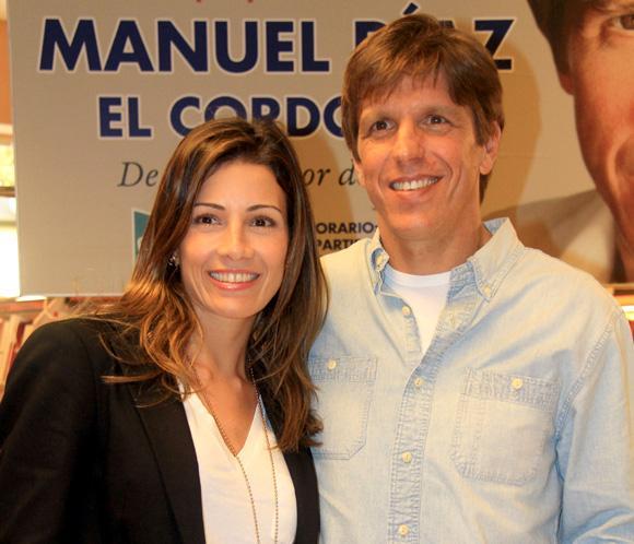 Manuel Díaz, 'El Cordobés', firma libros en Sevilla bajo la atenta mirada de su mujer, Virginia Troconis
