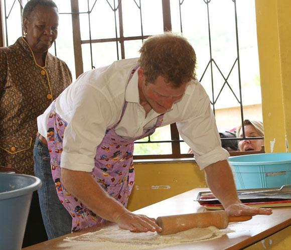 El príncipe Harry muestra sus dotes culinarias en Lesoto