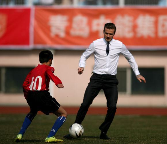 David Beckham desata la locura en China jugando en traje y corbata