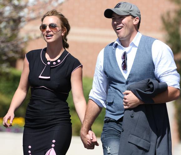 Britney Spears ya pasea de la mano con David Lucado