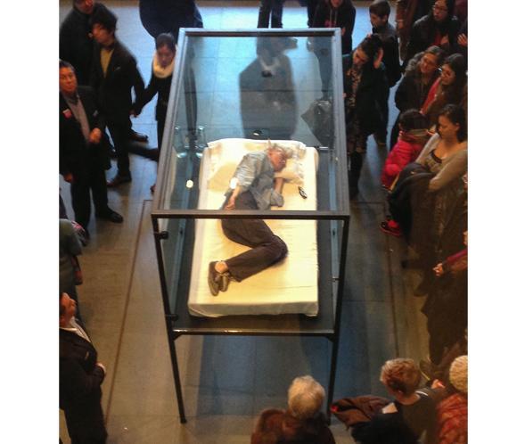 ¿Qué hace la actriz Tilda Swinton metida en una caja de cristal en el Museo de Arte Moderno de Nueva York?