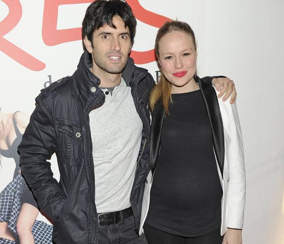 Esmeralda Moya y Carlos García, dos felices futuros papás en una noche de teatro