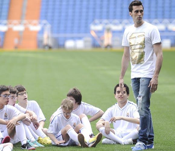 Álvaro Arbeloa dirige un entrenamiento en el Bernabéu para niños con discapacidad