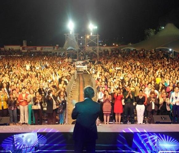 Julio Iglesias reúne a 12.000 mujeres en su concierto en Tepic (México)