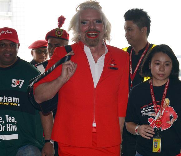 El magnate Richard Branson se disfraza de azafata tras perder una apuesta