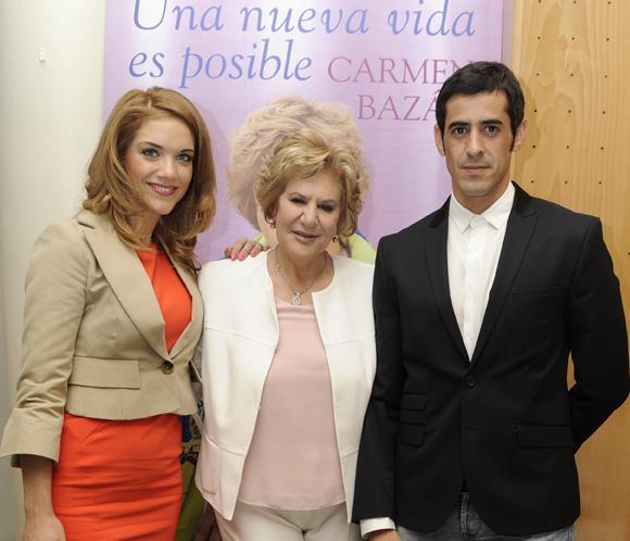 Carmen Bazán presenta su libro arropada por su hijo Víctor Janeiroy la novia de éste, Beatriz Trapote