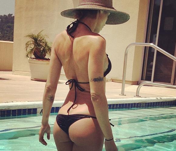 Elisabetta Canalis presume de cuerpazo en la piscina