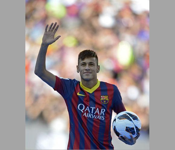Neymar vuela a Barcelona en el avión privado del 'madridista' Julio Iglesias