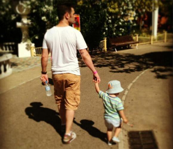 Fonsi Nieto se lleva a su pequeño Lucas al Parque Warner