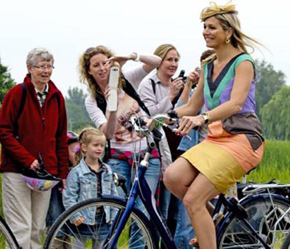 Máxima de Holanda, no renuncia a su estilo y monta en bici con tacones de aguja