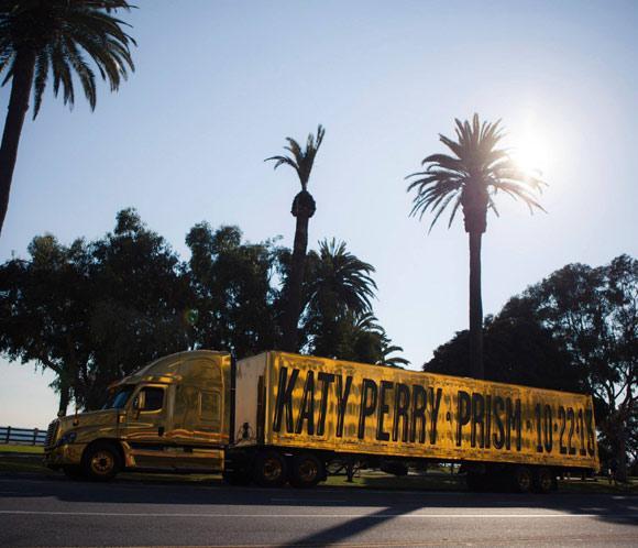 El camión que promociona el nuevo álbum de Katy Perry, involucrado en un accidente