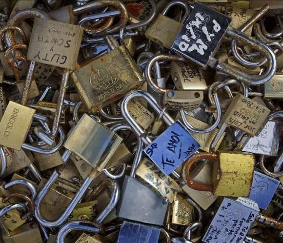 El Pont des Arts de París tiembla bajo el peso del amor
