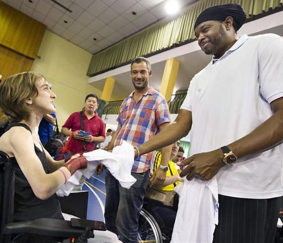 El exjugador de la NBA Sam Perkins visita el Hospital de Parapléjicos de Toledo