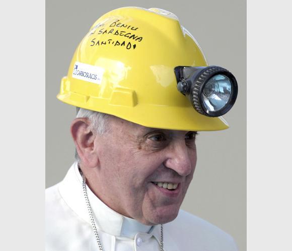 El Papa Francisco cambia la mitra por el casco minero: 'Donde no hay trabajo no hay dignidad'